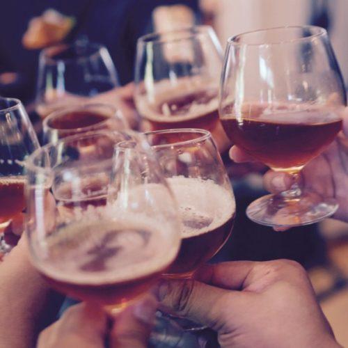 Bier-en-Wijn-Leuten-bij-eetcafé-Jansen-Jansen-Hengelo-Gelderland-600x600